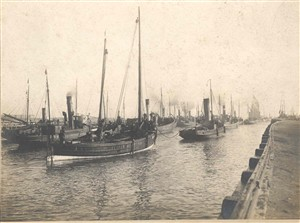 Photo:Scottish steam drifters heading out to sea