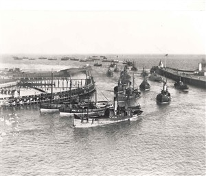 Photo:Scottish drifters steaming into port