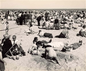 Photo:Tourists sunbathing on Great Yarmouth beach, c. 1950