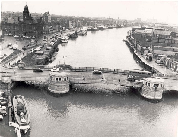 Photo:Busy quayside scene around the new Haven Bridge, c. 1975