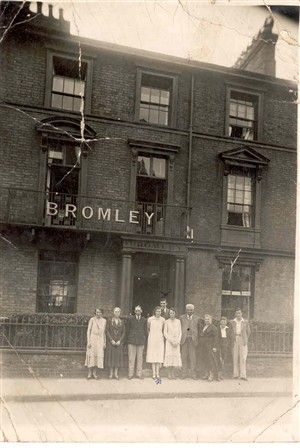 Photo:Portrait Mr & Mrs Scott and their family outside the Bromley guesthouse, c.1930s