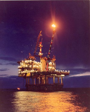 Photo:View of an Oil rig at night