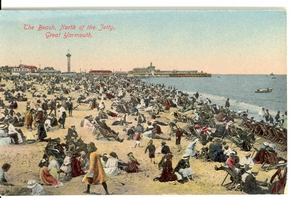 Photo:Yarmouth beach between the Jetty and the Wellington Pier