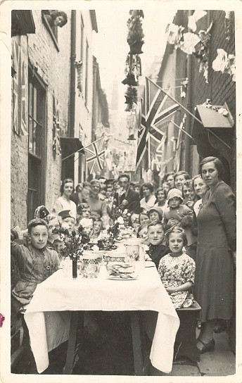 Photo:Celebratory street party, Row 116, 1935