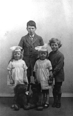 Photo:4 of 5 children (Duncan McLean Nutman, May & Margaret (twins) & James Nutman