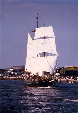 Photo:2: Training Ship 'Iris'