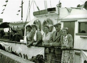 Photo:passengers waitjng to sail on the broads