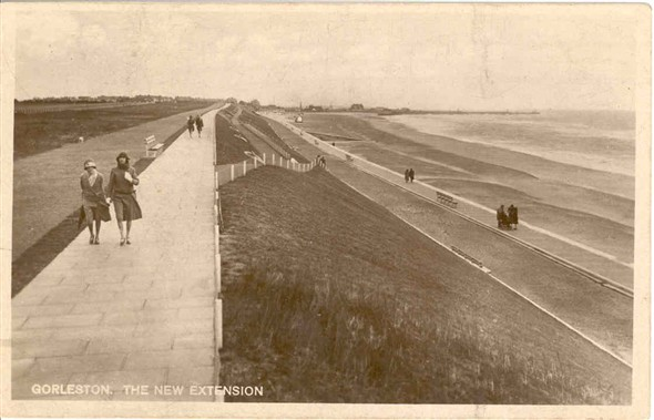 Photo:The new extension, Gorleston Beach, 1933