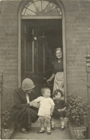 Photo:Smith family outside 160 Blackfriars Road, 1926